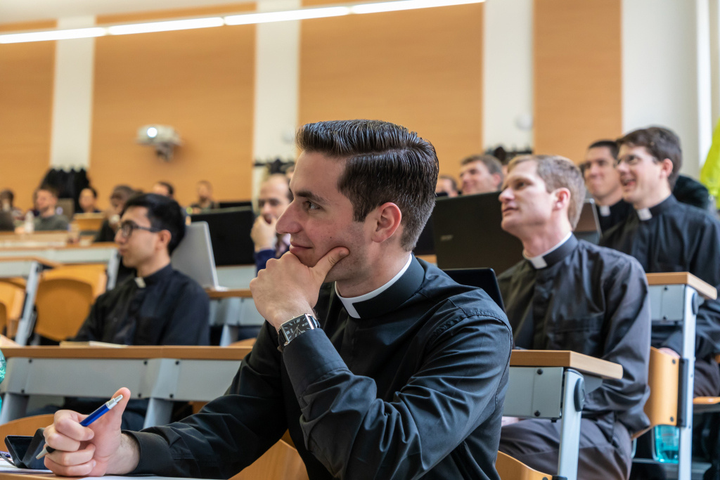 "Studenten mit Kollar während einer Vorlesung ""Altes Testament und biblische Anthropologie"" an der Pontificia Universita Gregoriana, der Päpstlichen Universität Gregoriana, in Rom am 3. Juni 2019. (Foto: KNA)"